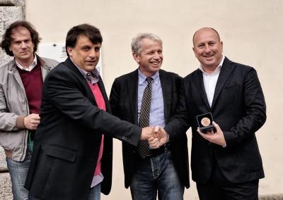 Consegna della medaglia a Gabriele Ghirlanda da parte dell'assessore del turismi e della cultura di Seravezza Riccardo Biagi per aver ideato Enolia
